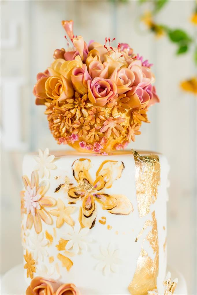 "Tort de nunta ""Touch of gold"""